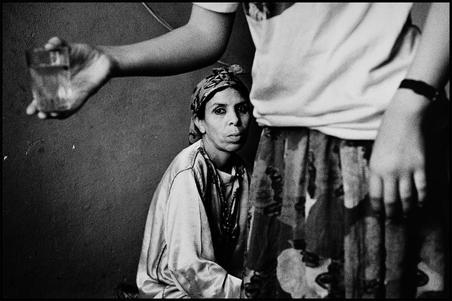 La famille de Kadour, gardien du souk des menuisiers, place Nejjarine, Fès, 1998