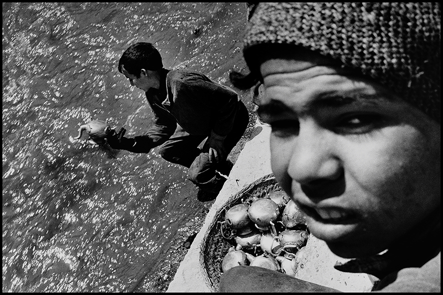 Apprentis dinandiers galvanisant des théières à l'acide dans l'oued Fès, 1998